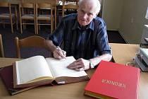 Pětasedmdesátiletý Jiří Macháček píše v Dolcích kroniku obce i hasičů.