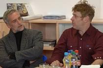 Režisér Tomáš Vorel s hercem Tomášem Hanákem na tiskové konferenci.