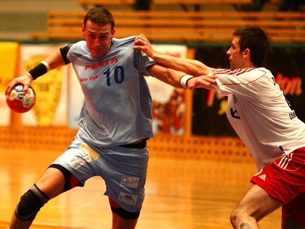 Házenkář Lokomotivy Plzeň Vojtěch Šik (vlevo) bojuje s obranou Hranic během včerejšího extraligového utkání, které se hrálo v Plzni. Domácí borci zvítězili 31:26