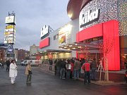 13. prosince, 7.56 - Za čtyři minuty má v Plzni oficiálně otevřít nový obchodní dům Kika. Přesto, že vedení obchodu očekávalo velký nápor lidí, stojí před vchodem zhruba padesát zákazníků. Žádný nápor se nekoná.