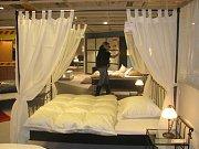 Zájem byl i o ložnice. Ne každý šel po levném výrobku. Někdo se díval i na dražší a luxusnější modely, třeba postel se závojem.