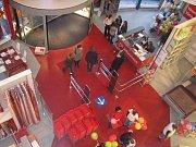 Vstupní hala prodejny Kika v Plzni.