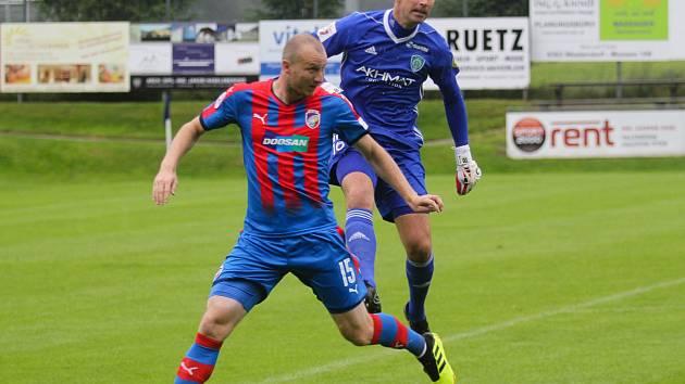 Michael Krmenčík (č. 15), autor dvou gólů, v souboji s brankářem Grozného Gorodovem.