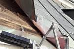 Poškozená střecha na kostele Všech Svatých ve Stříbře