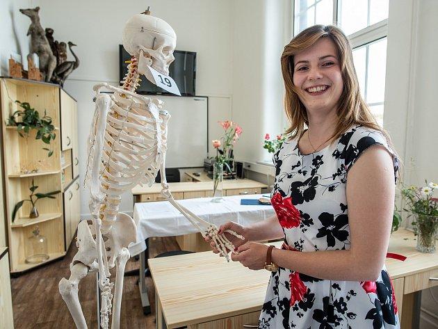 Na snímku je Helena Khollová z plzeňského Masarykova gymnázia, která si vytáhla otázku z biologie člověka.