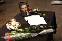 Na plzeňském magistrátu připravili pietní místo, lidé zde mohou psát vzkazy a podepisovat kondolenční knihu