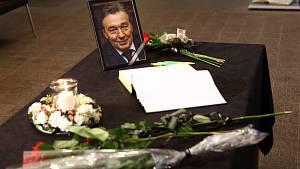 Na plzeňském magistrátu připravili pietní místo, lidé zde mohou podepisovat kondolenční knihu