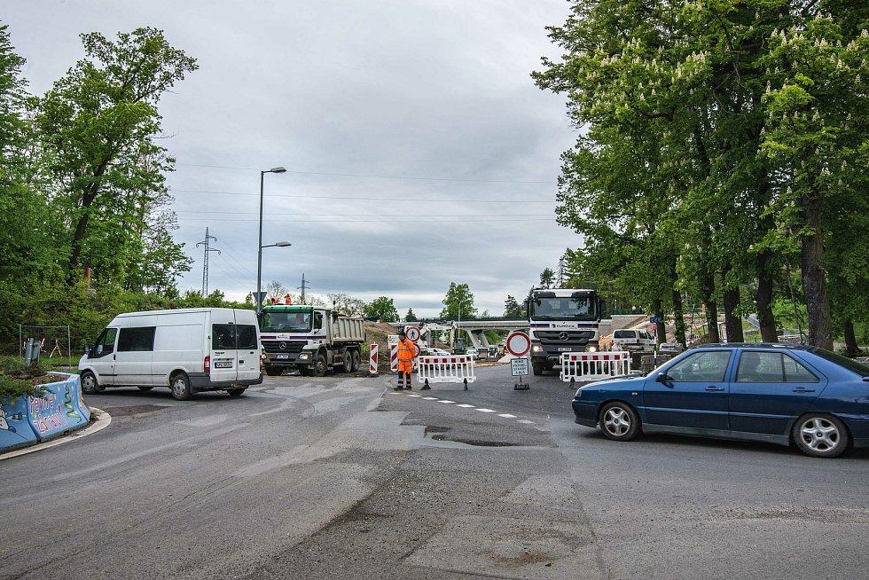 Řidiči jedoucí z Bílé Hory a Zruče na Roudnou či Jateční musejí počítat s objížďkou okolo Boleveckého rybníka.
