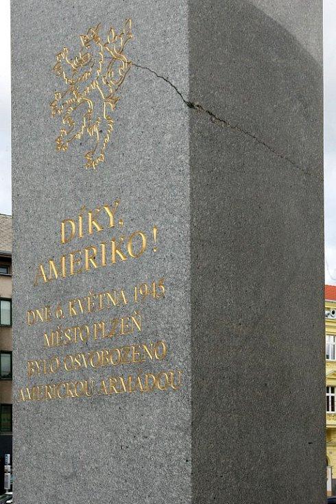 Prasklina na pravém pylonu pomníku je až do poloviny jeho šířky.