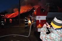 Oheň zachvátil stodolu plnou slámy ve Snopoušovech nedaleko Dolní Lukavice na jižním Plzeňsku.