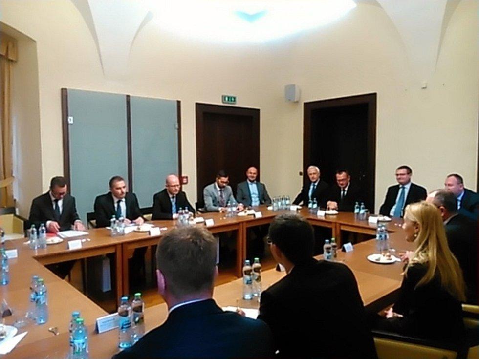 Premiér Bohuslav Sobotka dorazil do Plzně, oficiální přijetí proběhlo na radnici