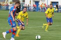 Radim Řezník z Viktorie Plzeň (vlevo) útočí v utkání s divizní Doubravkou.