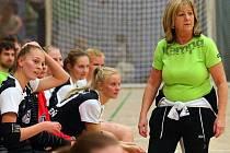 Plzeňské házenkářky mají za sebou první část interligové sezony. Pod vedením trenérky Libuše Škvařilové (vpravo) vybojovaly Západočešky v podzimní části soutěže tři body.