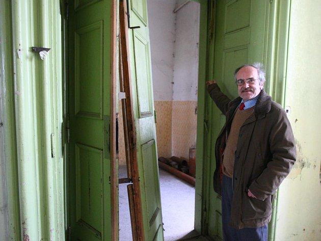 Majitel zámku Jaroslav Lobkowicz ukazuje barokní dvoukřídlé dveře, které nezvaní návštěvníci vykopli