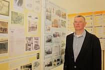 Znalec firmy Jan Treml u panelu přibližujícího podnik na výrobu kočárů, tramvají či poštovních autobusů