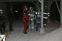 Muže zavaleného kaolinem, který se vysypal ze sila, hledají od pondělního podvečera záchranáři v kaznějovské kaolince. Ještě v úterý před polednem však byo jejich pátrání neúspěšné. Šance na přežití zasypaného pracovníka jsou minimální