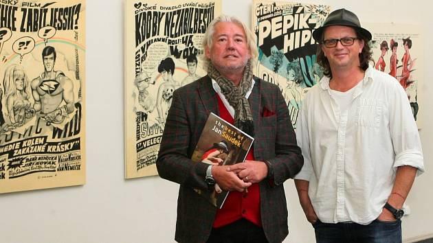 Galerista Zdeněk Kočík (vlevo) a kurátor Miroslav  Houška při zahájení výstavy Jan a Kája Saudek v Západočeském muzeu