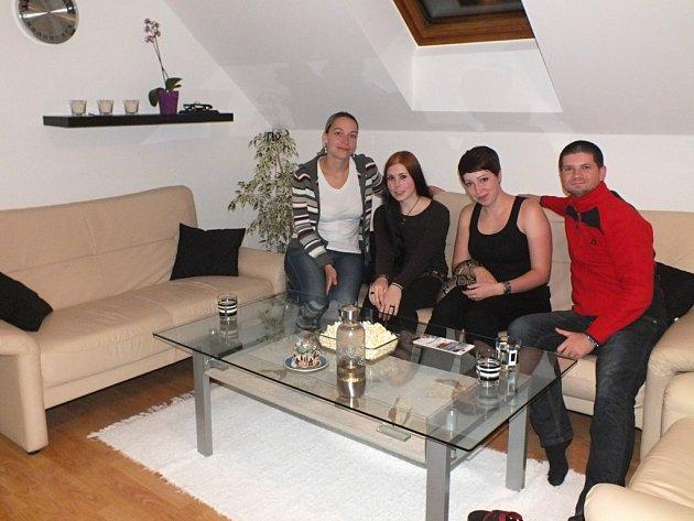 Manželé Bílkovi ze Štěnovic poskytují nocleh cizincům, kteří přijedou poznávat Plzeň. Na snímku jsou s Němkami Paulinou a Frostinou (na snímku uprostřed).