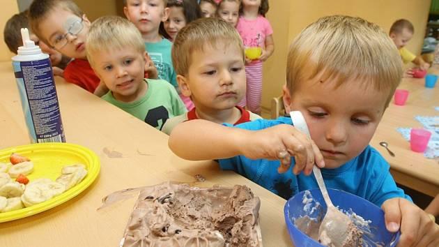 Dětičky z třídy Medvídků ve 44. mateřské školce v Tomanově ulici se v pondělí loučily se školním rokem nanukovým dortem