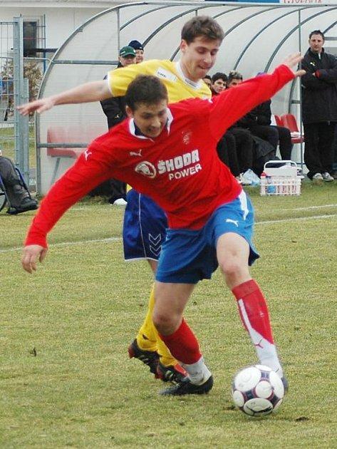 Útočník juniorky Viktorie Dimitrij Tatanašvili (v červeném dresu) bojuje o míč se soupeřem v nedělním utkání České fotbalové ligy v Plzni