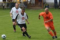 Olympie bodovala. Fotbalisté Olympie Kožlany (v oranžovém Zdeněk Kožíšek) v sobotu na svém trávníku přehráli béčko Tlučné 2:0
