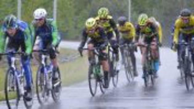 Cyklisty při dalším dějství kritérijní Giant ligy v Táboře sužoval chlad a neustálý déšť.