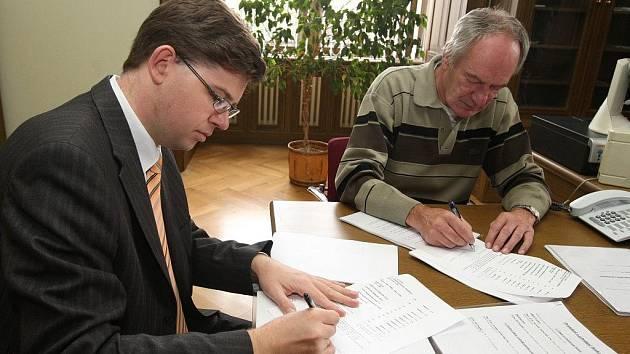 Jiří Pospíšil (vlevo) a Jaroslav Zachariáš při podepisování předání agendy děkanátu právnické fakulty