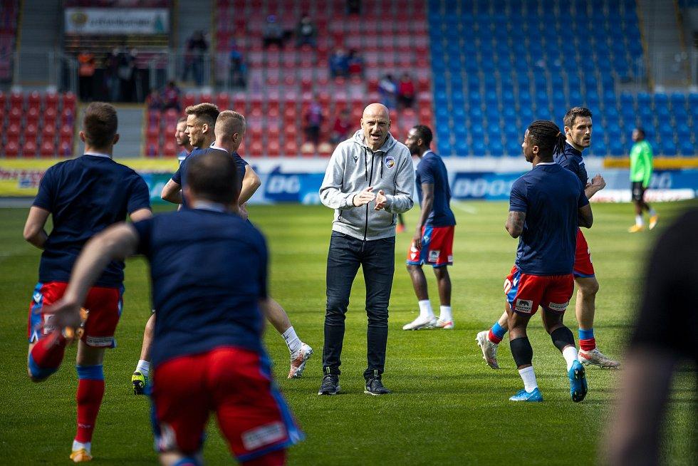 Trenér Adrian Guľa burcuje svoje svěřence na předzápasové rozcvičce.
