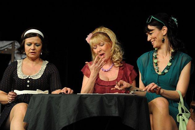 Světáci: Divadlo Háta14.2.19:00, Měšťanská besedaZleva: Ivana Andrlová, Vlasta Žehrová, Adéla Gondíková