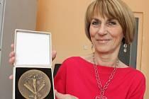 Marie Helmová učící na Gymnáziu Luďka Pika za svou pedagogickou činnost získala Medaili ministerstva školství