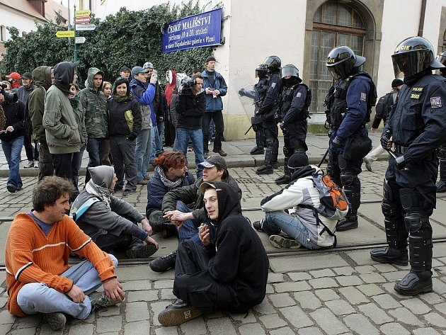 Anarchisté si chtěli vynutit vstup na plzeňské náměstí Republiky. Jedna skupinka si na protest proti neústupným těžkooděncům sedla na tramvajové koleje v Pražské ulici.