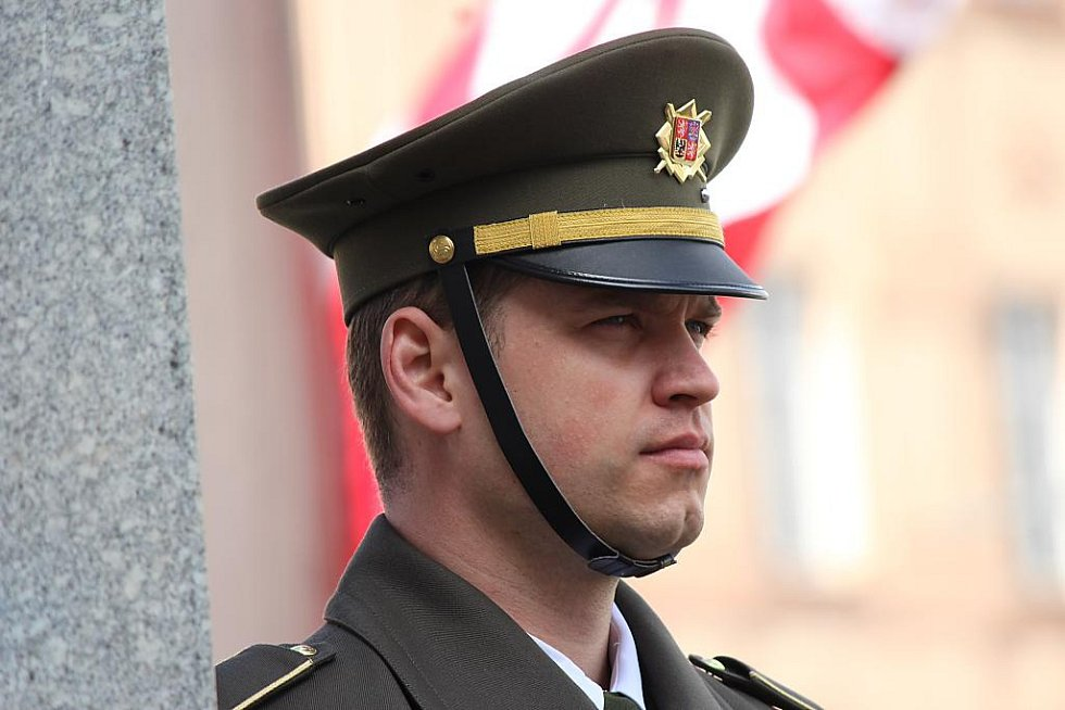 Američtí vojáci u pomníku Díky, Ameriko! v Plzni