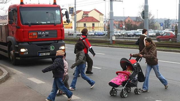 V nebezpečném místě přecházejí silnici i děti a mámy s kočárky. Některá auta je pouštějí