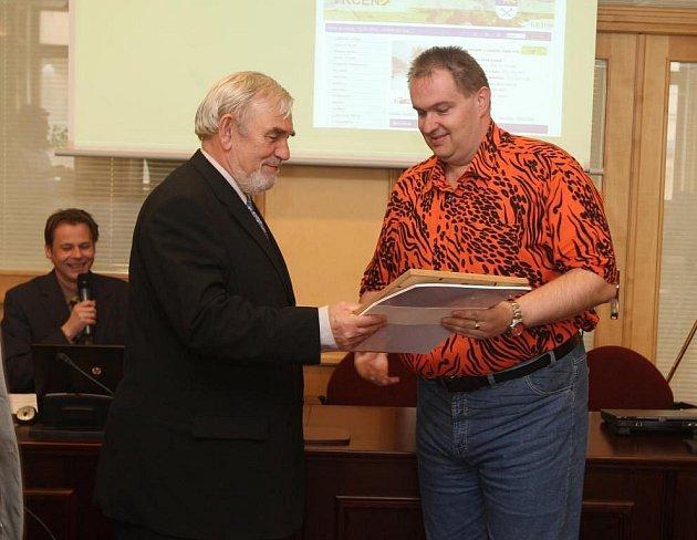 VÍTĚZNÁ VRČEŇ. Cenu za nejlepší obecní web přebíral starosta Petr Mašek z rukou radního Petra Smutného.