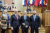 Na snímku zleva ministr školství Robert Plaga, profesor Petr Zeman a náměstek MŠMT pro vysoké školy, vědu a výzkum Pavel Doleček.