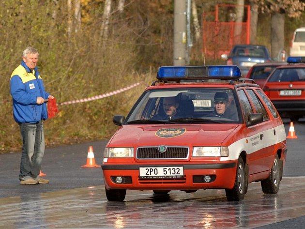 Své  řidičské dovednosti i možnosti  svých vozů si chtěla včera vyzkoušet řada řidičů. Nechyběli mezi nimi ani řidiči  z řad hasičů
