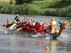 Závody dračích lodí na řece Radbuze v Plzni