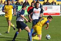 Fotbalisté Senco Doubravka (ve žlutém) bojují se soupeřem z Chanovic v sobotním utkání fotbalového krajského přeboru.