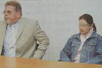 Andrea K. s advokátem u Krajského soudu v Plzni.