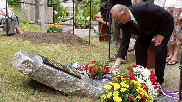 K nové pamětní desce  položil květiny i starosta sdružení Boleveckých  rodáků Jaroslav Čechura