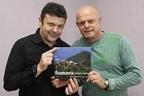 Fotograf Milan Váchal (vlevo) a publicista Zdeněk Roučka s knihou Šumava kouzelná a umírající