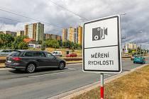 Řidiče na úsekové měření rychlosti na Plaské ulici upozorňuje tato dopravní značka. Zabírá to