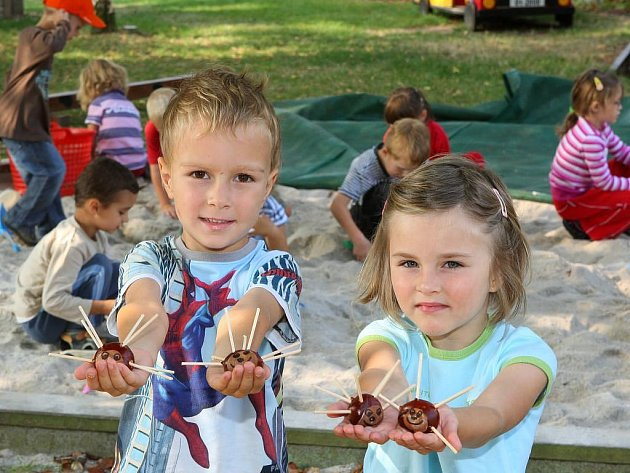 Děti z Mateřské školy v Tomanově ulici si v úterý mohli vyzkoušet, jak se vyrábějí usměvavá sluníčka z kaštanů