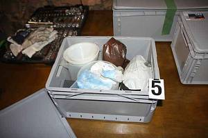 Věci, které policie zabavila při prohlídkách varny pervitinu na Přešticku