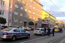 Sebevrah se snažil vyskočit z okna na Slovanech.
