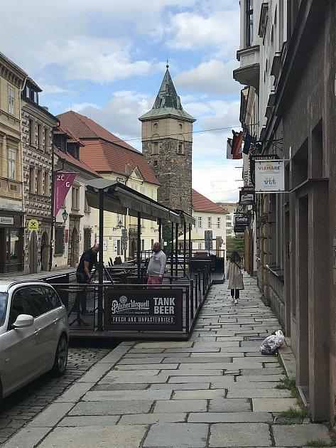 Jedna znejstarších plzeňských restaurací USalzmannů vpondělí otevře předzahrádku. Nabízí nepasterizovanou 'dvanáctku'.
