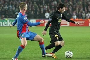 David Limberský a hvězdný Leonel Messi při utkání Viktorie Plzeň v Lize mistrů s Barcelonou.