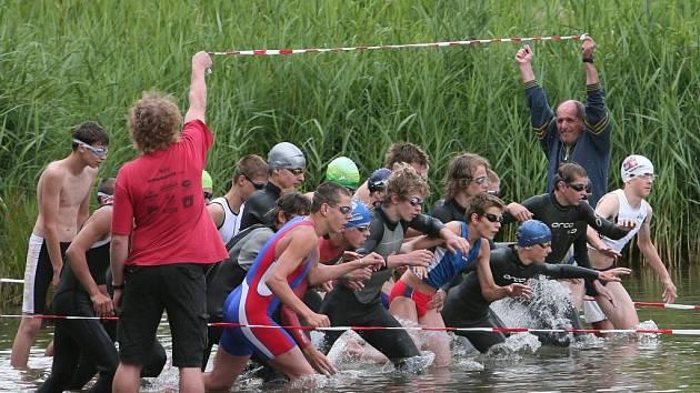 MLADÍ TRIATLONISTÉ BOJOVALI V PLZNI O MEDAILE.  Starší žáci se vrhají do vln Šídlovského rybníka v Plzni při startu závodu triatlonového mistrovství České republiky.