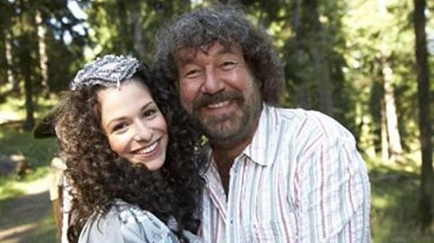Zdeněk Troška s herečkou Veronikou Kubařovou, představitelkou princezny v režisérově nové filmové pohádce Nejkrásnější hádanka.