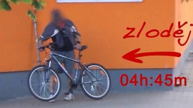 Zloděj krade v Plzni kolo a o skryté kameře netuší